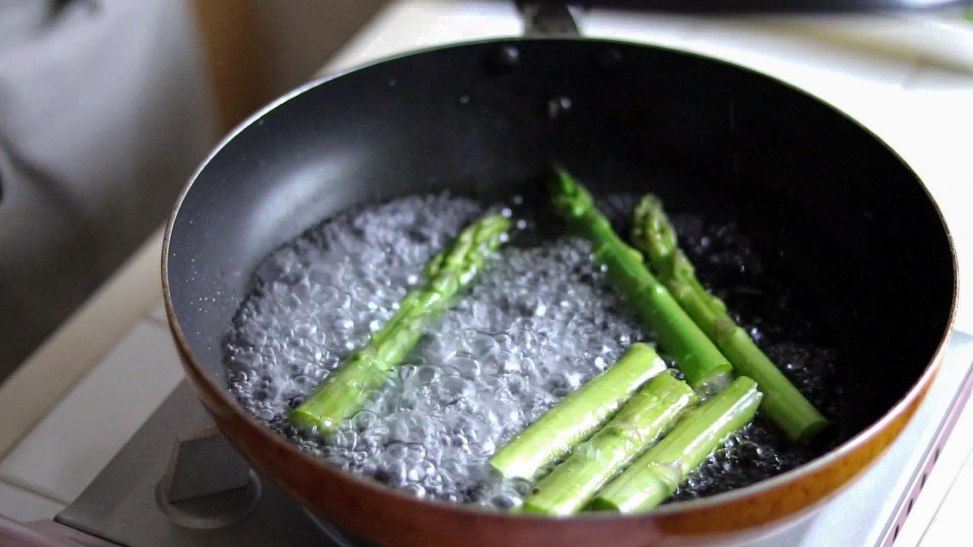 アスパラガスに熱湯を注ぐ